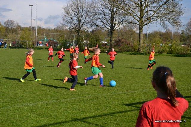 01 wedstrijden 2016-04-29 Schoolvoetbaltoernooi (10).JPG