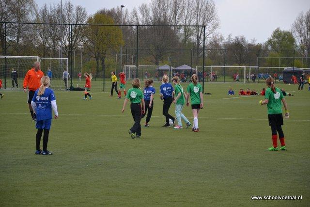 01 wedstrijden 2016-04-29 Schoolvoetbaltoernooi (54).JPG